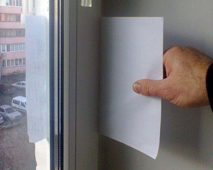 Если окно хорошо отрегулировано, вынуть листок не получится
