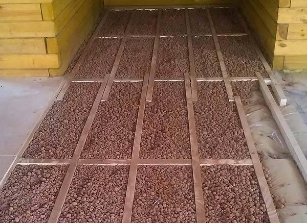 Утепление деревянного пола керамзитом между лагами