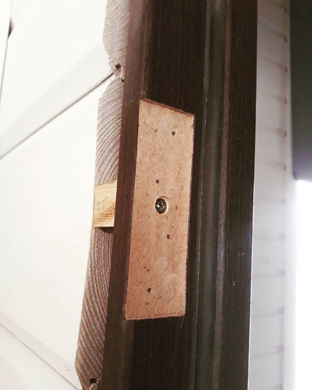 Крепление дверной коробки в проем, через вырез, под дверную петлю
