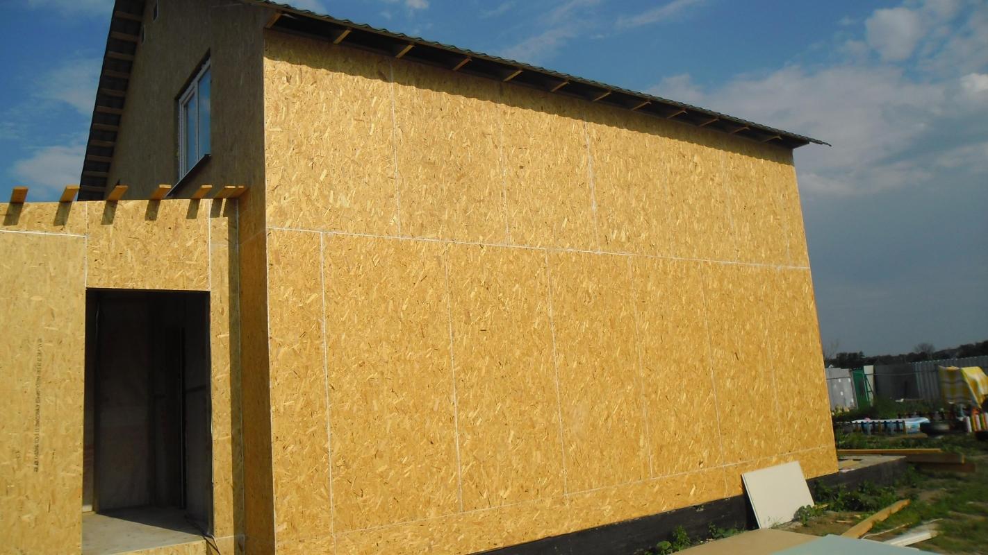Используя плиты OSB, можно быстро поставить стены дома без использования тяжелой спец-техники