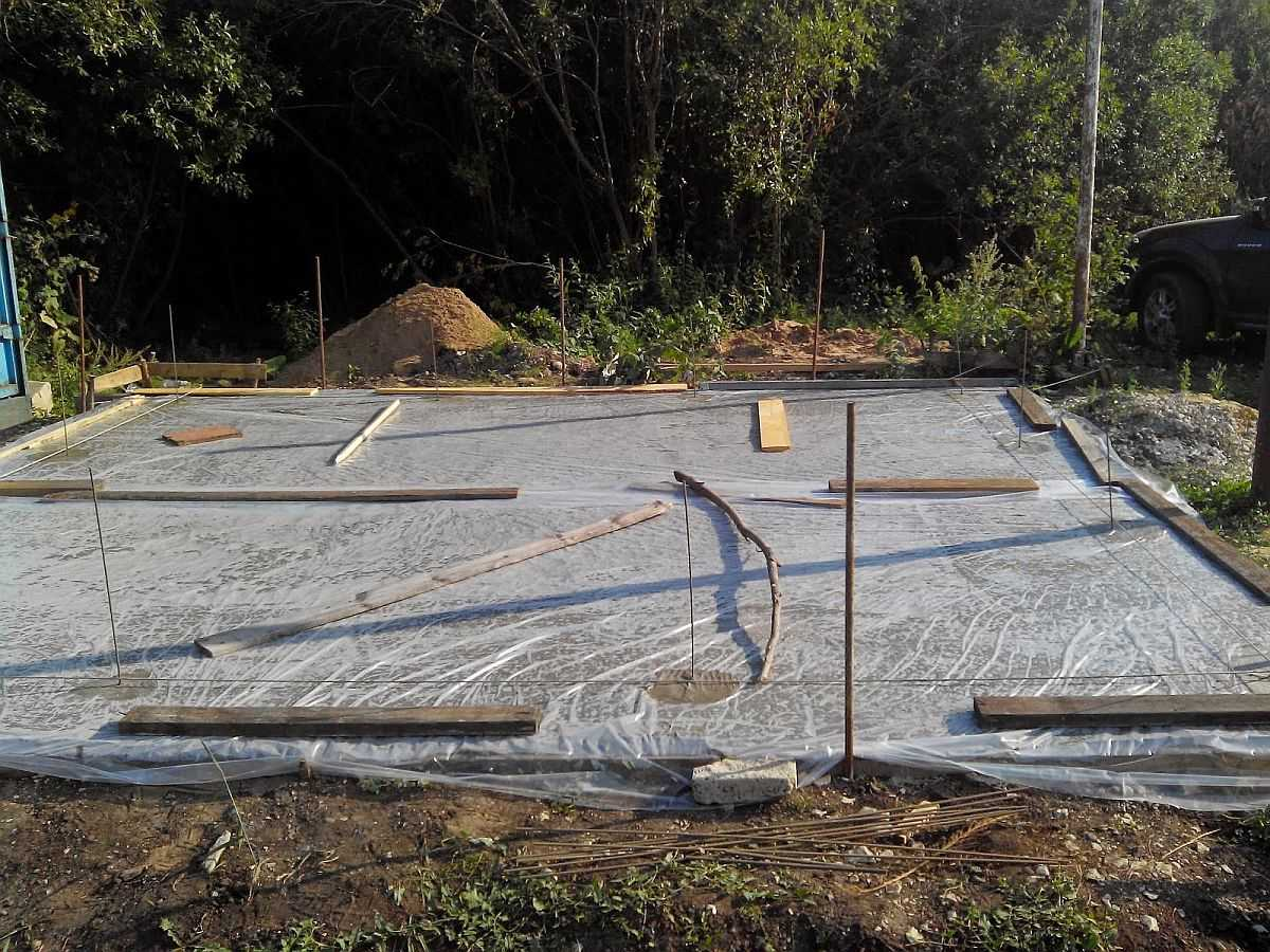 Уход за бетоном после заливки. После заливки монолитная плита укрывается пленкой