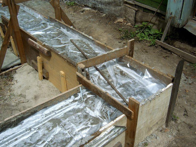 Пленка поддерживает требуемый влажностный режим при твердении