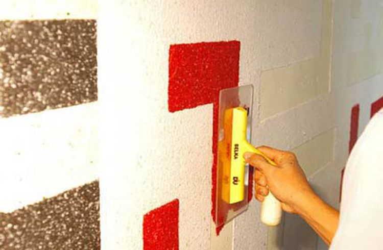 После удаления бумажного или картонного шаблона остается впадина, которая заполняется материалом другого цвета