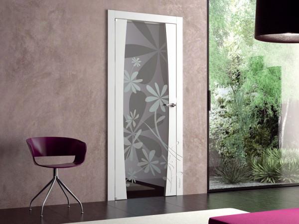 Светлая межкомнатная дверь с матовым стеклом декорированным рисунком