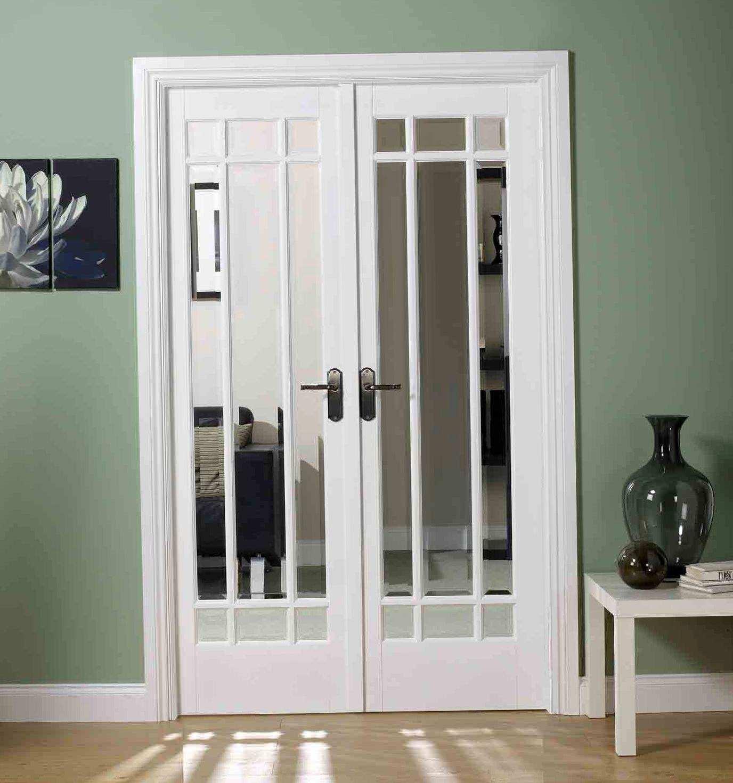 Светлая двустворчатая дверь со стеклом с имитацией окна
