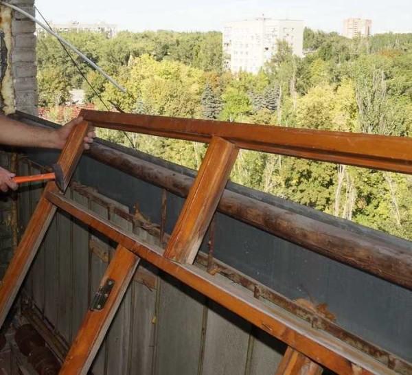 Демонтаж старого остекления и отделочных материалов