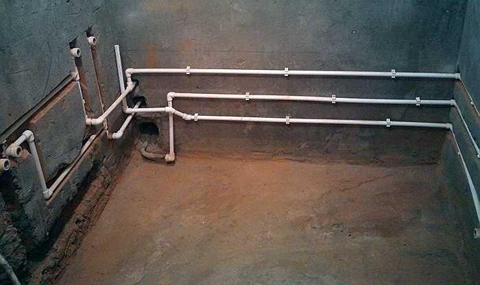 Вариант скрытой и наружной проводки в одном трубопроводе (за ванной проводку сделали открытой — меньше работы)