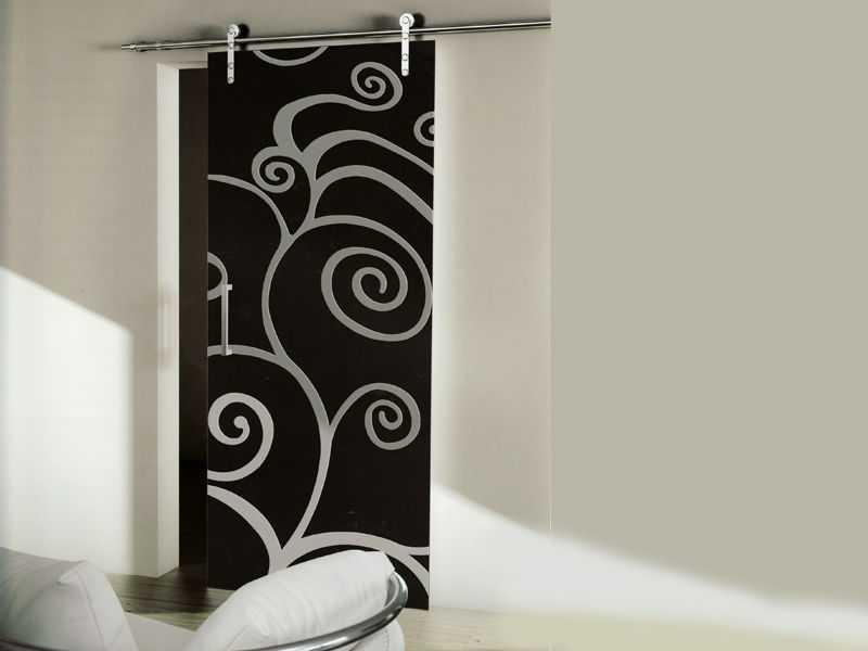 Эта стеклянная межкомнатная дверь приковывает взгляд. Именно поэтому стена — белая, и остальные предметы интерьера, скорее всего, нейтральные. За редким исключением