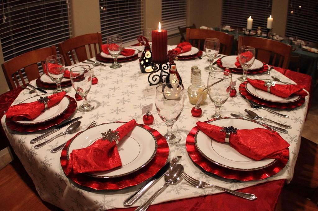 Сервировка новогоднего стола в красных тонах