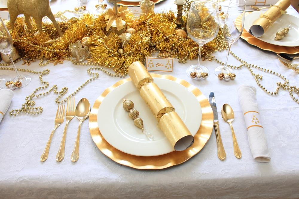 Сервировка стола в золотых/жёлтых тонах