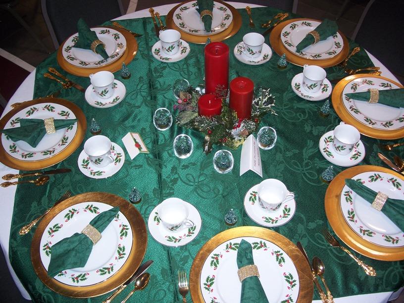 Сервировка новогоднего стола в зеленых тонах