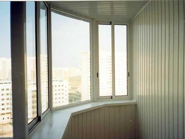 На фото балкон обшитый пластиком — пластиковой вагонкой