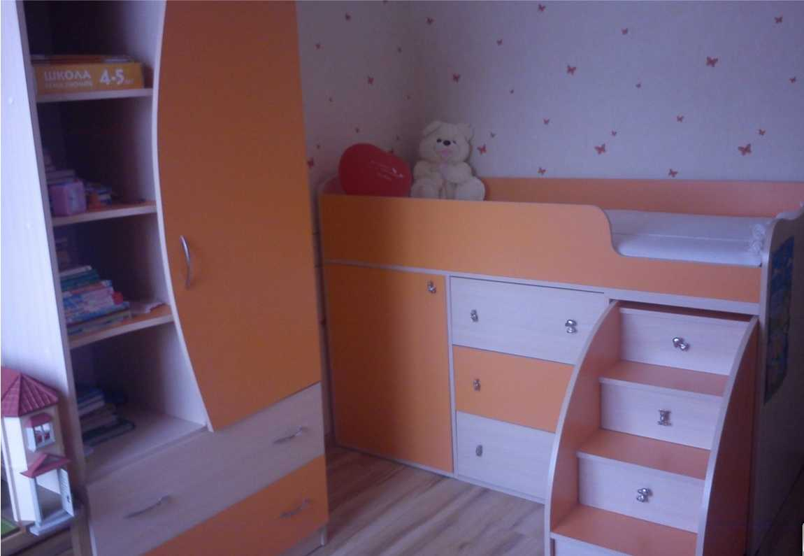 Детская кровать чердак может быть средней высоты — спальное место находится на расстоянии метра от пола (или около того)