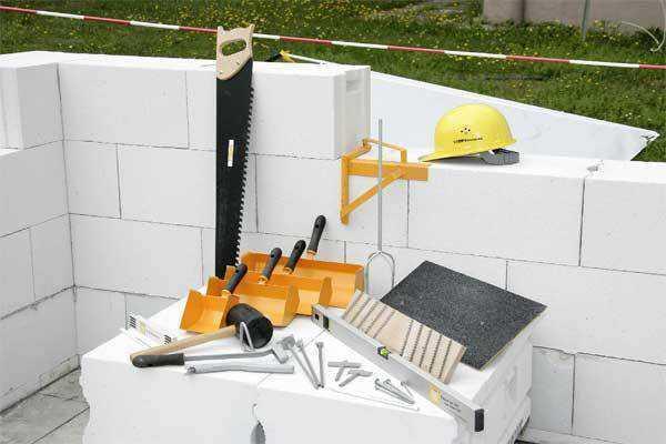 Набор инструментов необходимых при постройке дома из газобетона