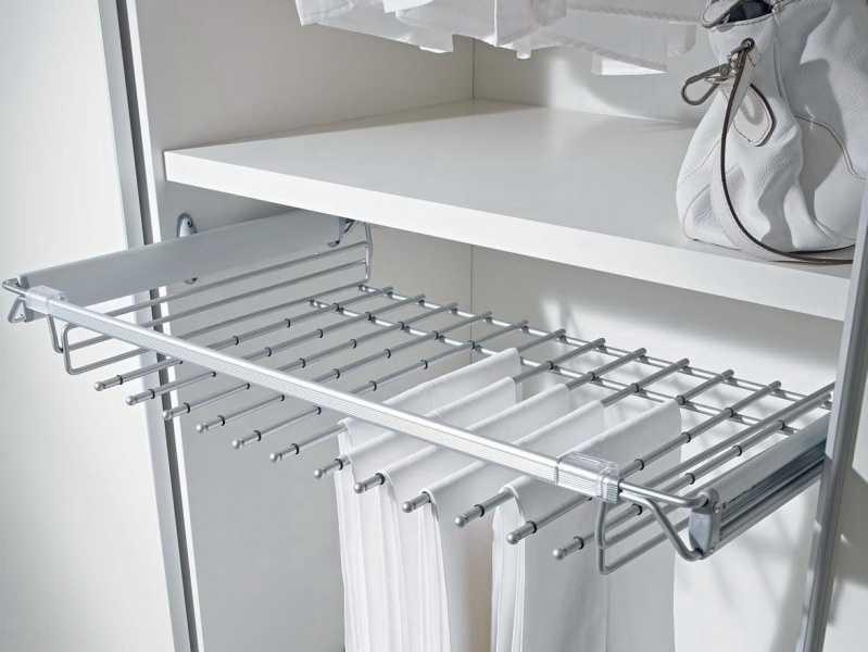 Один из вариантов наполнения гардеробной — кронштейн для юбок или брюк