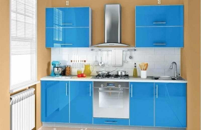 Пластик — один из самых практичных материалов на фасаде кухонной мебели, но вот глянцем увлекаться не стоит