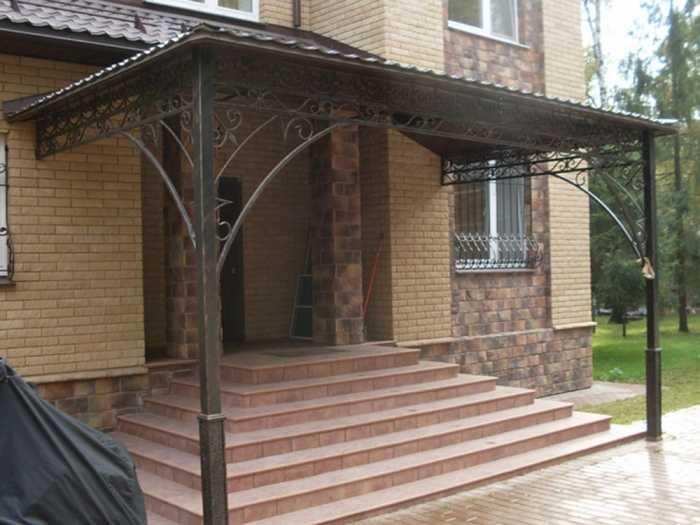 С опорами на столбы и металлическим ажуром для украшения