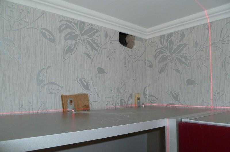Кухонные шкафы навешены на уголки с подкладками — чтобы компенсировать разницу в толщине фартука