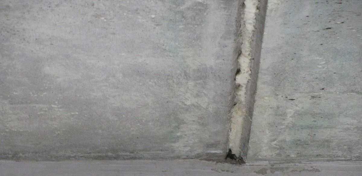 Баллончик с пеной держать у потолка неудобно, на «носик» можно надеть кусок шланга. Так намного проще работать