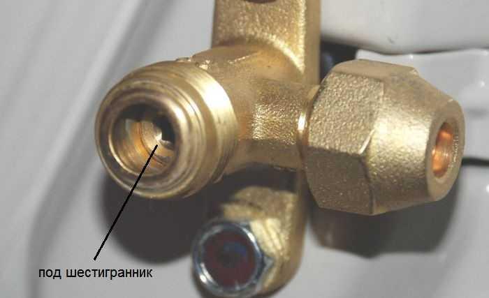 Под крышкой находится клапан с разъемом под шестигранник