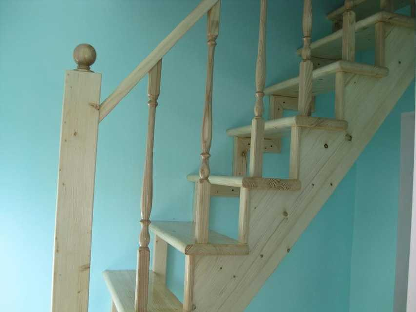 Крепление поручня лестницы на опорные столбы или балясины можно сделать несколькими способами