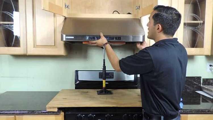 Правильно произвести установку кухонной вытяжки своими руками несложно
