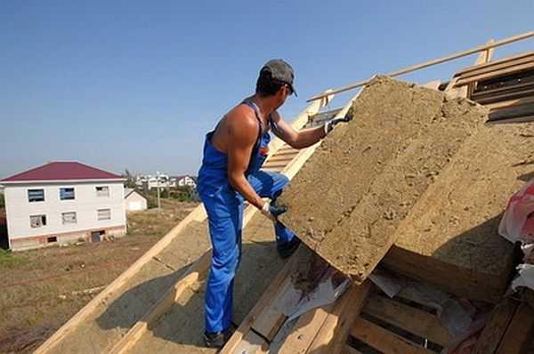Утепление мансардной крыши снаружи: работать несложно, теплоизоляцияукладывается на подбитую снизу обрешетку