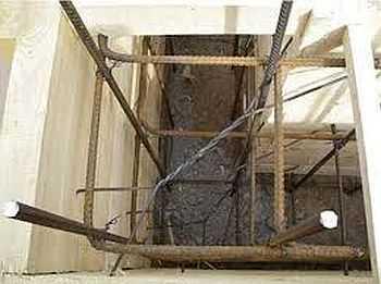 Вторая технология армирования ленточного фундамента — сначала вбивают вертикальные стойки, к ним привязывают продольные нитки, а потом все соединяют поперечными
