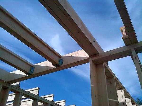 Крепление балки потолочного перекрытия при помощи металлических скоб