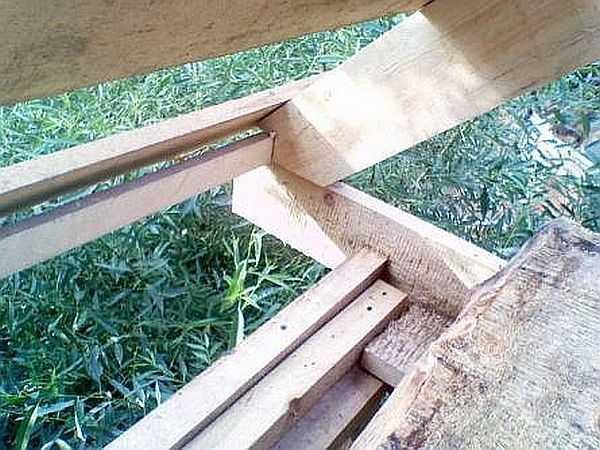Для удобства крепежа стропильных ног по краю балок пола был прибит брусок 50*50 мм. В стропилах под него был сделан запил. При монтаже они сначала просто упирались в брусок, затем крепились