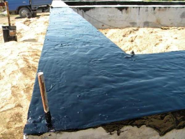 Гидроизоляция ростверкового фундамента. Первый слой — жидкая гидроизоляция, пока она не высохла, можно на нее приклеить слой рулонной