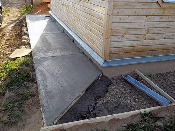 Бетонная отмостка своими руками. Для компенсации изменения размеров бетона в зависимости от температуры укладывают деревянные планки