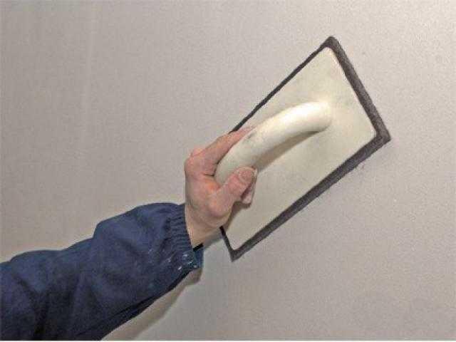 Затирка стен. Зачищать неровности надо наждачной бумагой