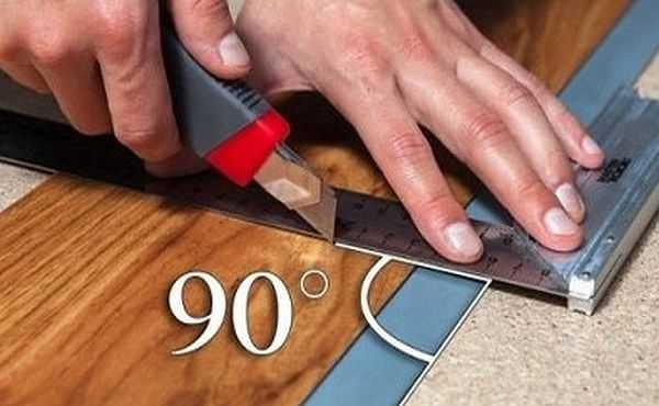 Угольником можно не только пользоваться для нанесения линий, но и использовать его в качестве направляющей при распиле