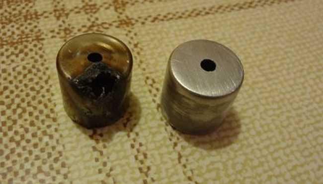 Старый поврежденный колпачок антенны магнетрона и новый из конденсатора