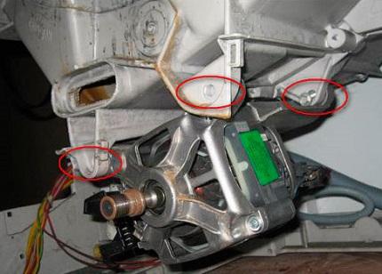 Системы крепежей в разных моделях отличаются, но принцип один — удерживающие болты нужно удалить. Также не забываем разъединить клеммы питания двигателя. На рисунке обозначены болты