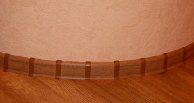 Так оформляют округлые стены стандартным плинтусом и пластмассы