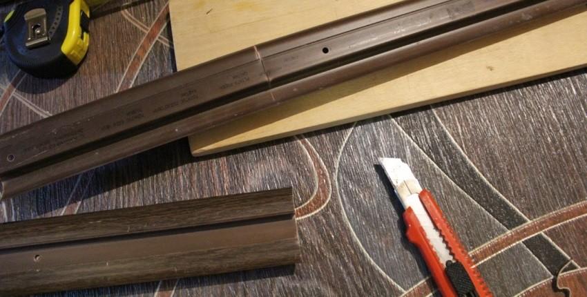Резать некоторые виды пластикового напольного плинтуса можно обычным канцелярским/обойным ножом, но лучше использовать пилу с полотном по металлу