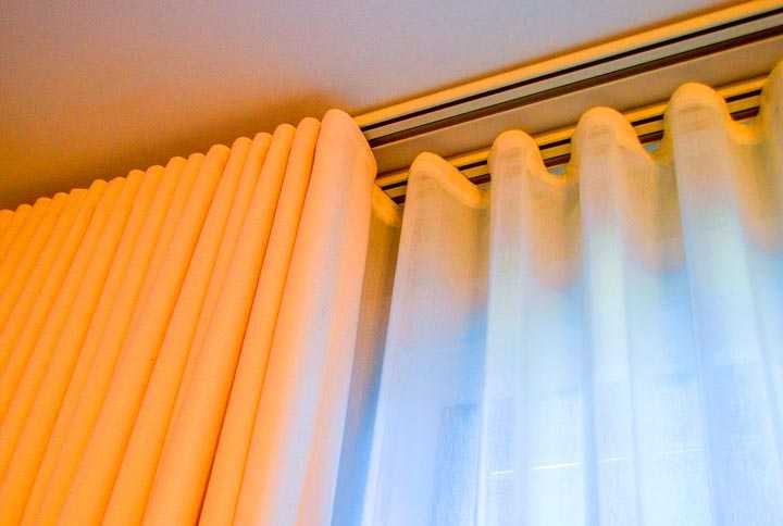 Вот как должен выглядеть установленный потолочный карниз со шторами