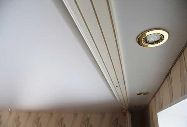 Закрепленный потолочный карниз, но без штор