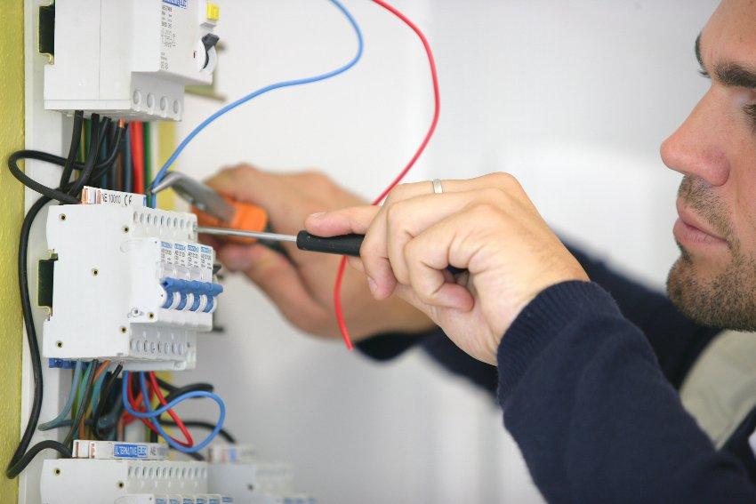 При подключении УЗО нельзя допускать соединения нулевых проводов розеток с клеммой заземления