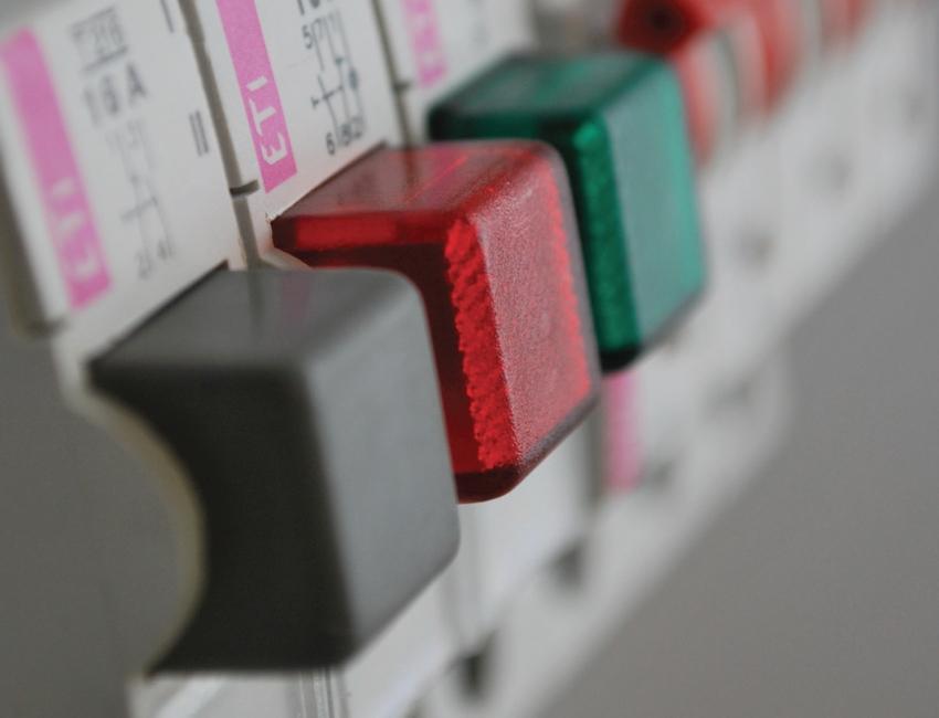 Первые модели устройств защиты содержали трансформатор дифференциального тока и поляризованное магнитное реле