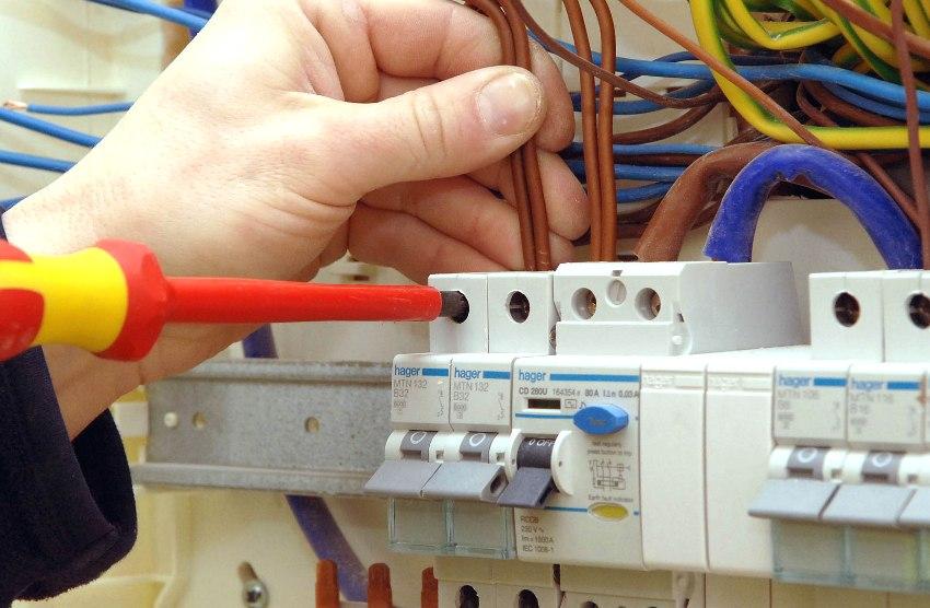 УЗО защищает в случаях замыкания фазного провода и неправильного монтажа проводки