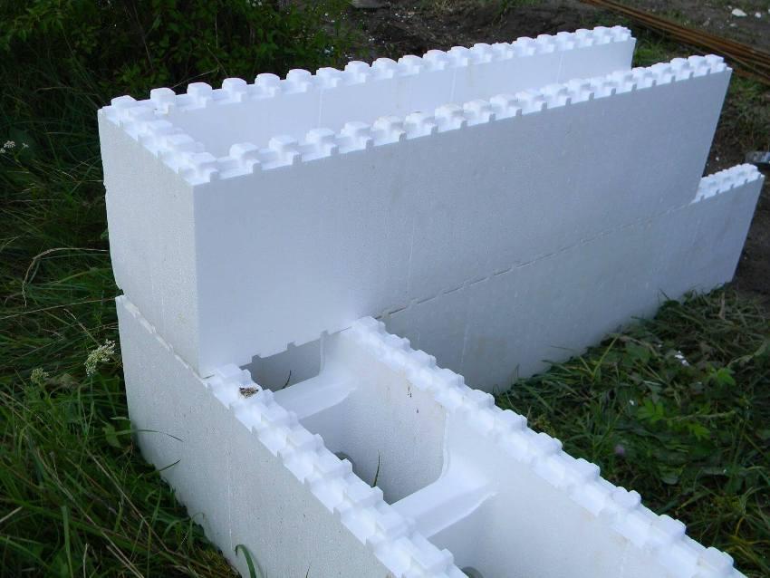 Опалубка может быть представлена сборными элементами, которые отличаются от литых своей структурой