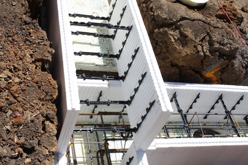 Вначале монтируется первый ряд формы опалубки, которая будет использоваться для заливки бетона