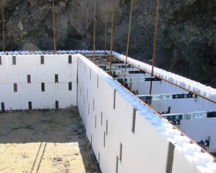 Несъемные формы являются хорошей экономной альтернативой стандартным конструкциям, которые собираются из дерева и фанеры
