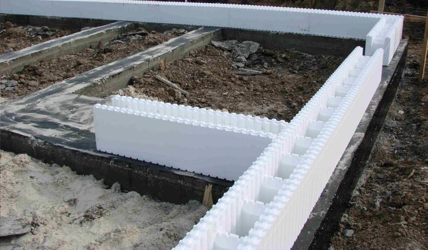На цену блоков, из которых выполняется несъемная опалубка, влияют два фактора: плотность пенополистирола и габариты деталей