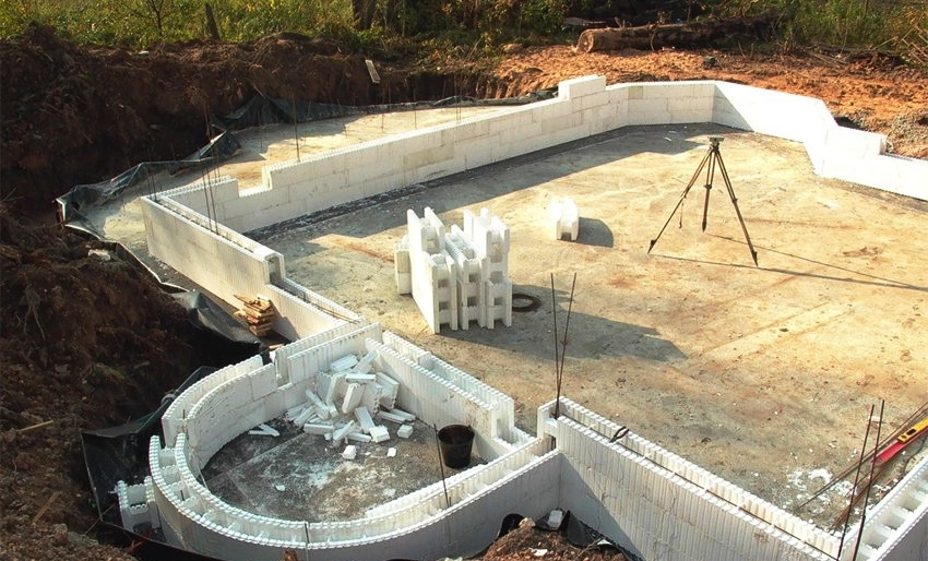 Чтобы установить опалубку вокруг дома из пеноплекса, необходимо выполнить правильный расчет материала