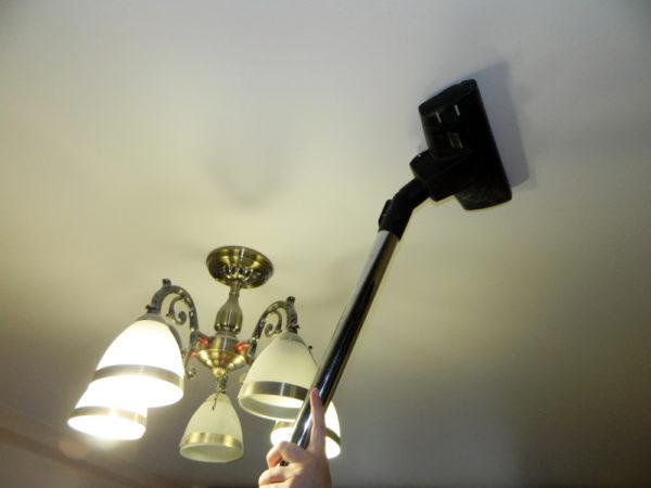 уборка натяжного потолка пылесосом