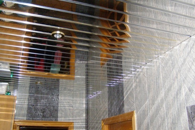 Исполнение подвесной конструкции может быть разнообразного дизайна